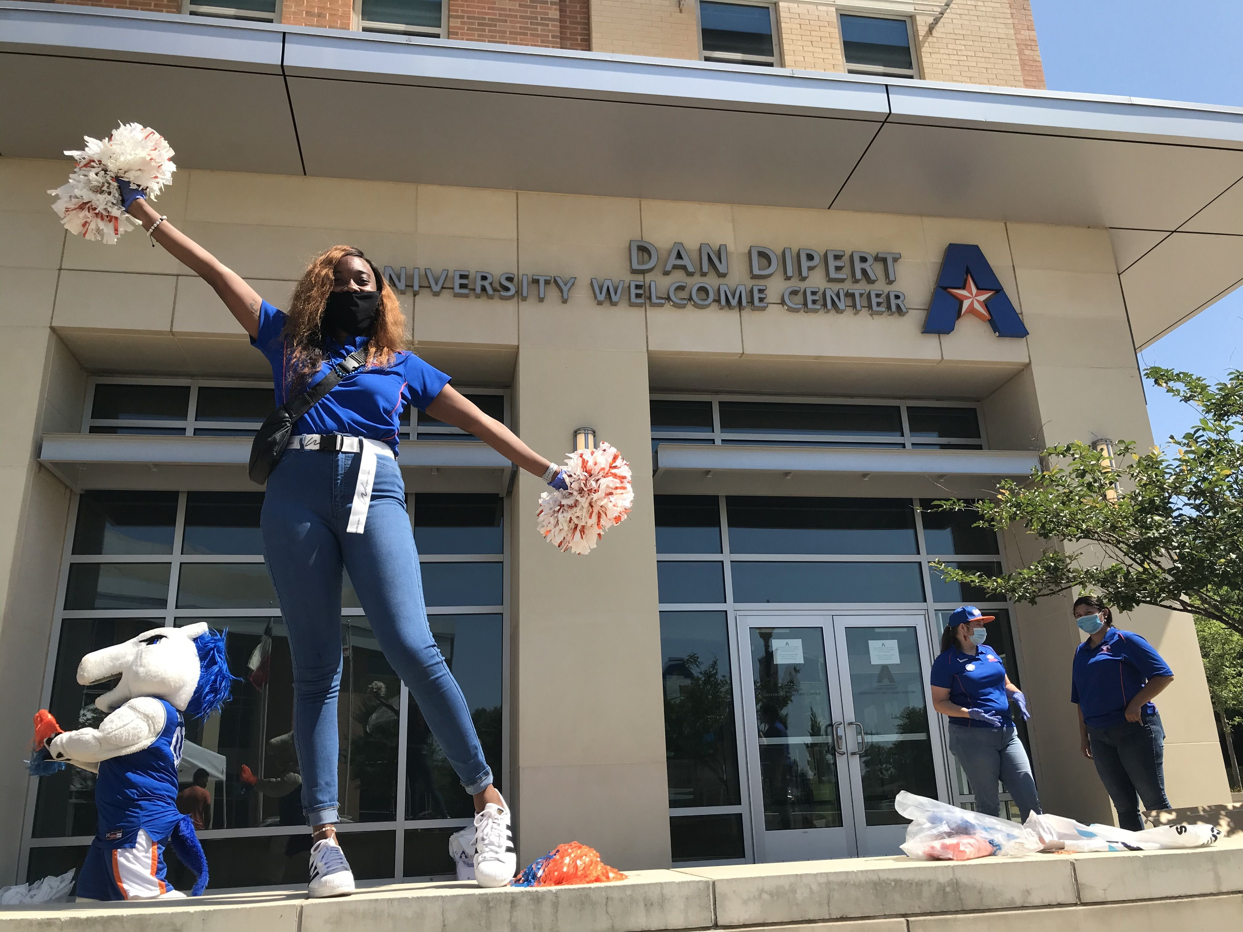 """UTA student wearing mask outside of Welcome Center"""" _languageinserted=""""true"""