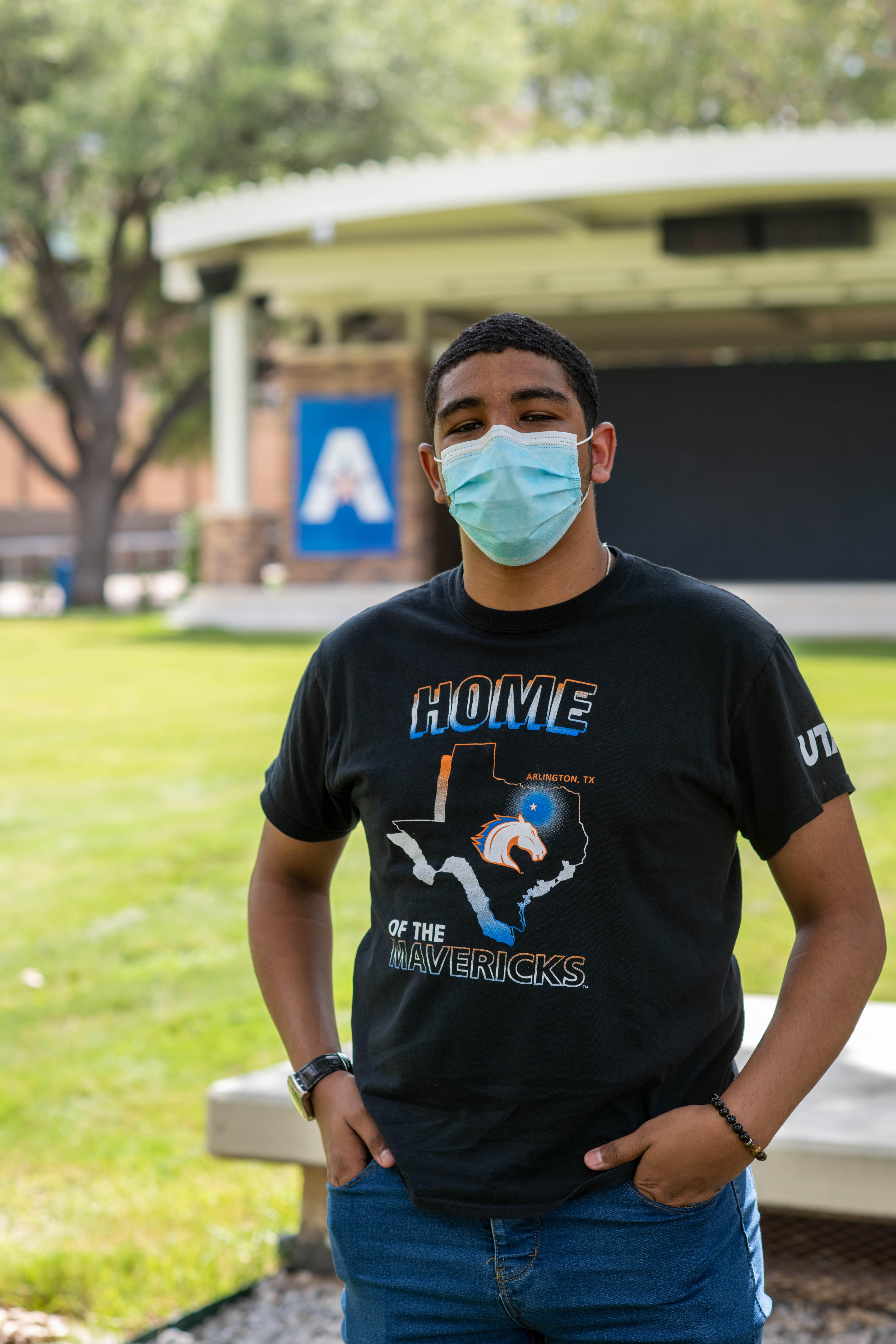 """UTA Student outside with a mask on"""" width=""""5504"""" _languageinserted=""""true"""" src=""""https://cdn.web.uta.edu/-/media/project/website/news/releases/2020/08/20200727_masks-outside_0675.ashx?la=en"""
