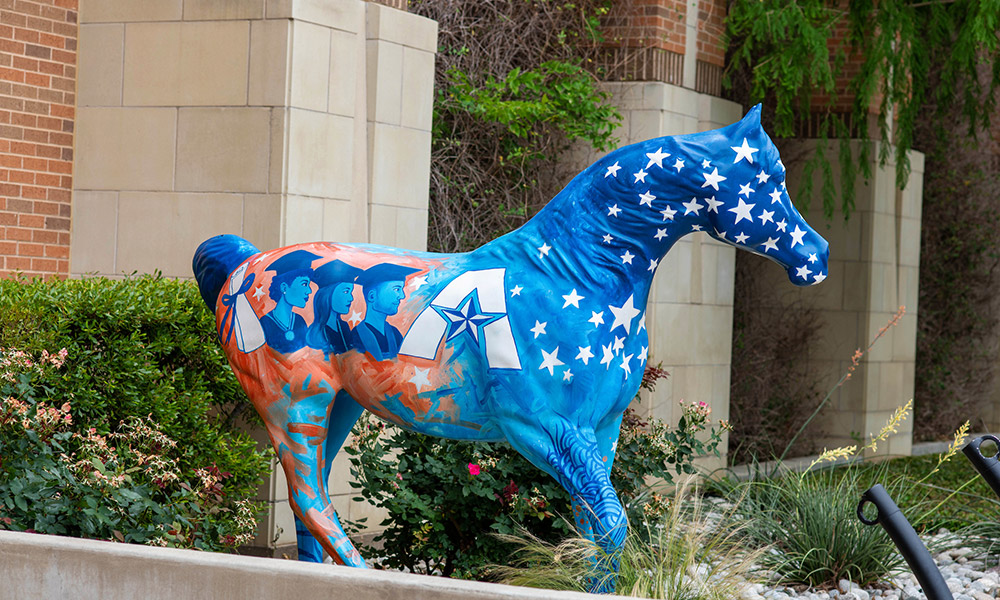 "spirit horse with grad faces"" width=""2400"" _languageinserted=""true"" src=""https://cdn.web.uta.edu/-/media/project/website/news/releases/2020/09/horse---uta-grads2.ashx?la=en"