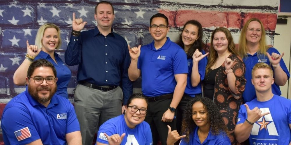 """Military-connected students and staff members from UTA's Office of Military and Veteran Services."""" _languageinserted=""""true"""