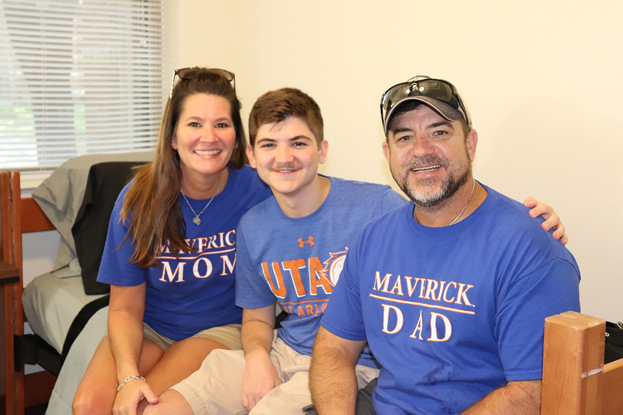 uta parents moving new student into dorm