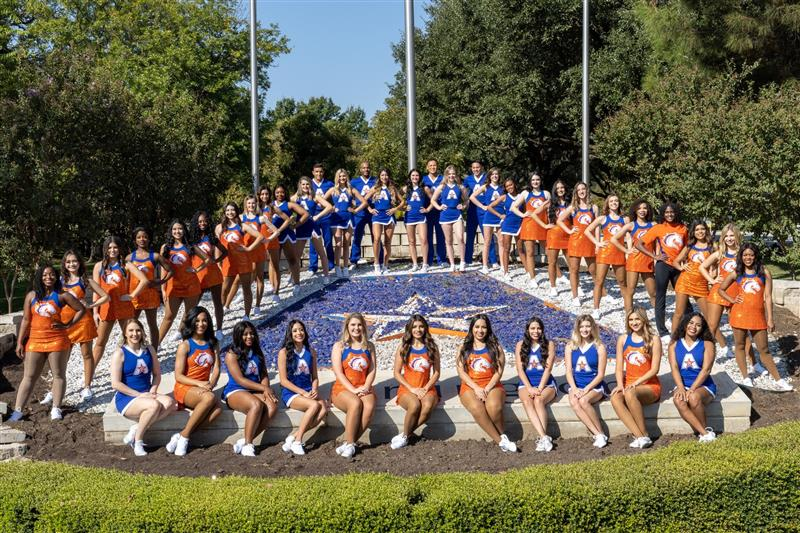 UTA Spirit Groups gathered for a group picture